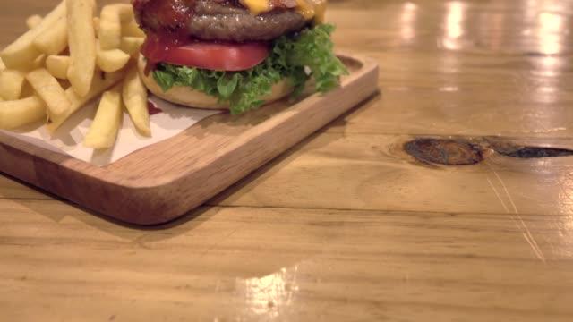 stockvideo's en b-roll-footage met grote gourmet hamburger met verse ingrediënten - middelgrote groep dingen