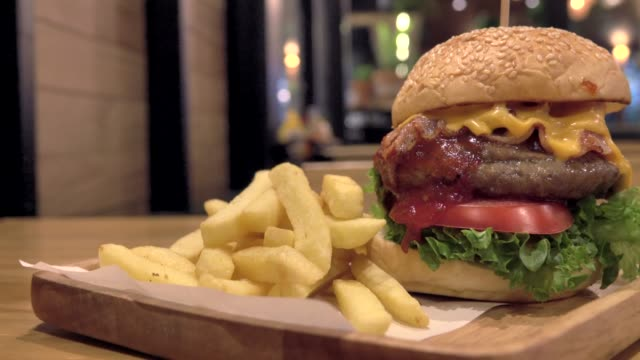 新鮮な食材を使用した大きなグルメバーガー - チェダー点の映像素材/bロール
