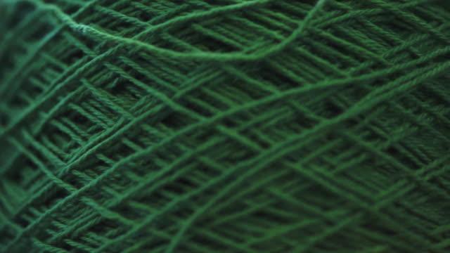 stockvideo's en b-roll-footage met een grote groene draadspoel voor het naaien. - draad