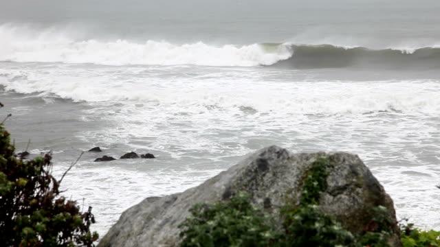 Große graue Wellen