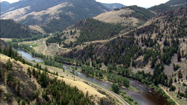 big hole river - luftbild - montana, beaverhead county, helikopter filmen, aerial video, cineflex, gründung schuss, vereinigte staaten - loch gewässer stock-videos und b-roll-filmmaterial
