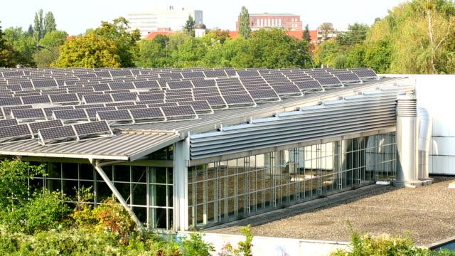 big house mit sonnenenergie - industriegerät stock-videos und b-roll-filmmaterial