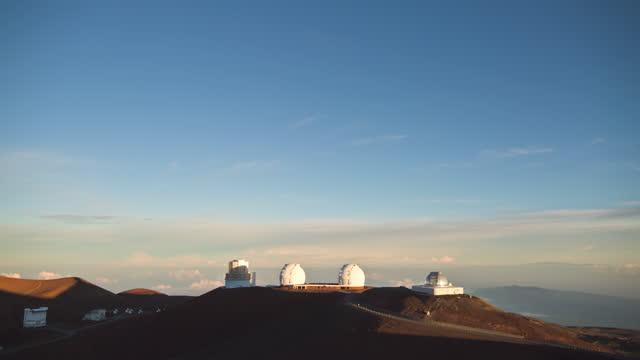 big island - night sky and sunrise at dawn in mauna kea observatory at mauna kea mountain / hawaii, united states - pacific islands stock videos & royalty-free footage