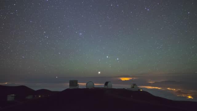 big island - night sky in mauna kea observatory at mauna kea mountain / hawaii, united states - pacific islands stock videos & royalty-free footage