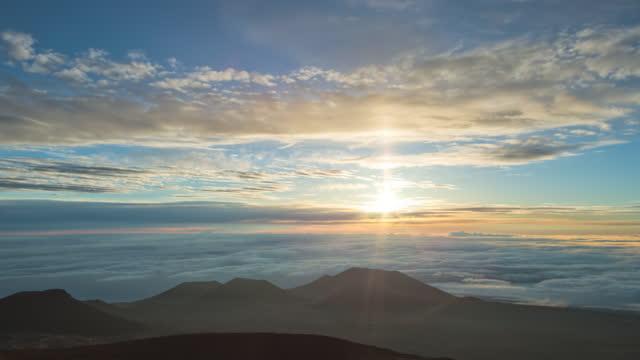 big island - night sky with cfht(canada france hawaii telescope) in mauna kea observatory at mauna kea mountain / hawaii, united states - vulkan bildbanksvideor och videomaterial från bakom kulisserna