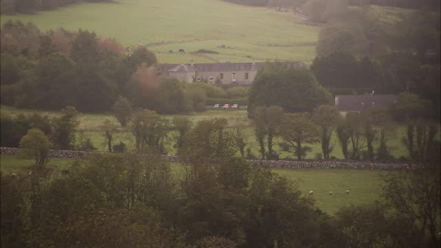 vídeos de stock e filmes b-roll de big mansion in ireland - república da irlanda