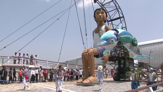 ms big marionette with people in 2012 yeosu world expo / yeosu, jeollanam-do, south korea - marionette stock-videos und b-roll-filmmaterial