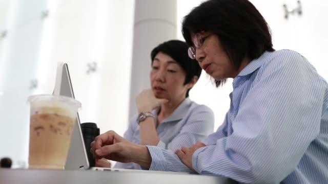 vídeos y material grabado en eventos de stock de grandes noticias durante la reunión - exclusivamente japonés