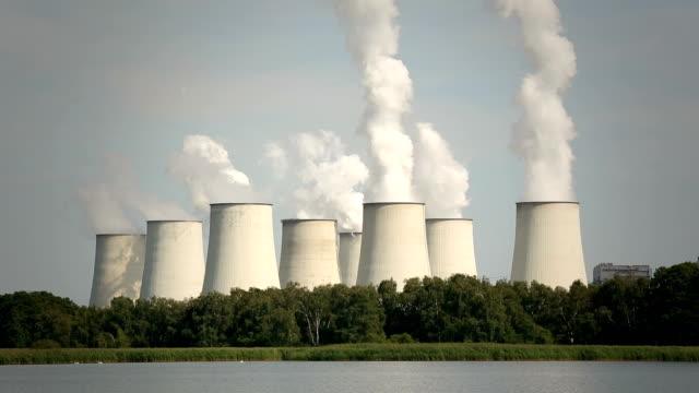Grandes cheminées de la centrale électrique de 8