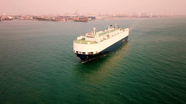 stockvideo's en b-roll-footage met grote schip leveren van nieuwe auto's door de zee vanaf de fabriek - carrying