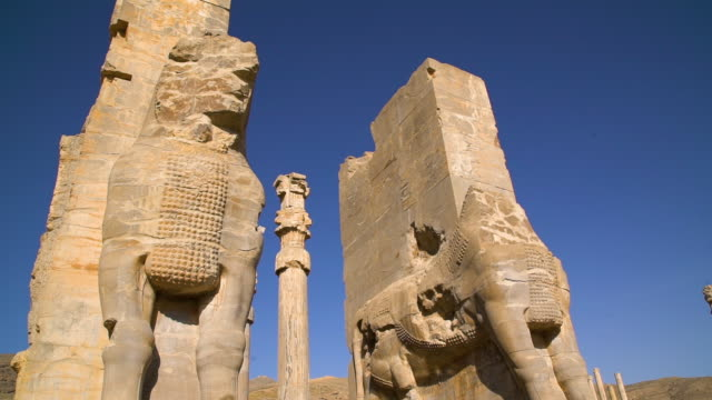 big statue from the city of persepolis - persepoli video stock e b–roll