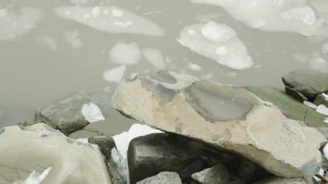 vidéos et rushes de grandes pierres fondre rivière glacée nature d'hiver-arrière-plans en mouvement - iceberg bloc de glace