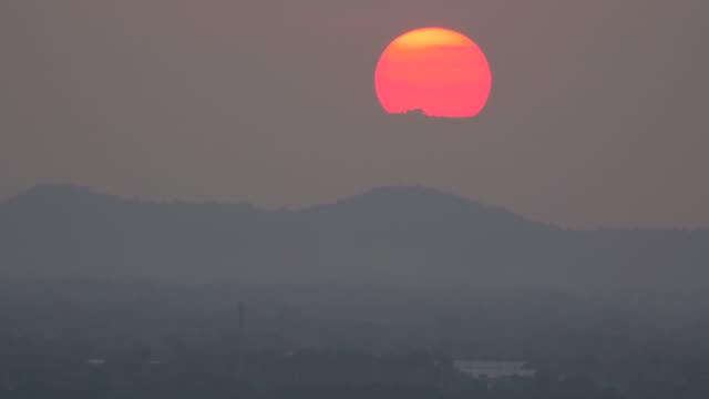 Großen Sonnenuntergang am Hügel Zeitraffer