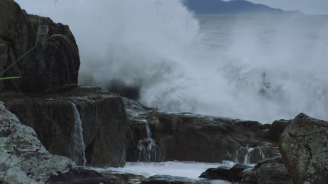 big surf breaking on the beach of bogildo island / wandogun, jeollanam-do, south korea - 巨礫点の映像素材/bロール