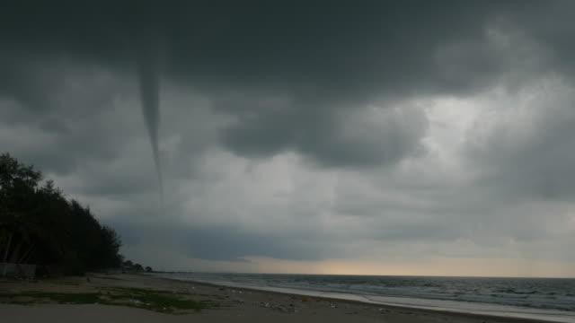 vídeos de stock, filmes e b-roll de grande furacão no mar em um dia nublado. - ominoso