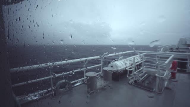 vídeos y material grabado en eventos de stock de gran embarcación en un mar - buque de carga