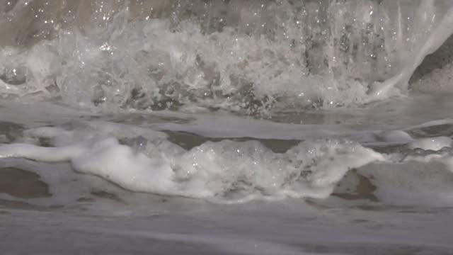 vídeos de stock, filmes e b-roll de fim do movimento lento acima: onda grande que quebra e que espirra - extreme close up