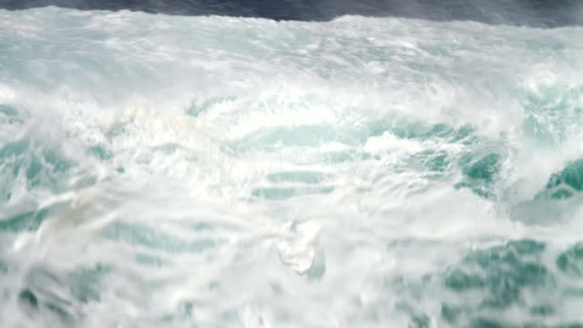 vídeos de stock, filmes e b-roll de cu big wave crashing toward shore  / haleiwa, hawaii, united states - ilhas do havaí