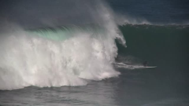stockvideo's en b-roll-footage met big wave surfing, hawaiian islands 25 - 40 feet face of the wave outer island north shore maui. extreme ocean action sports. - big wave surfing
