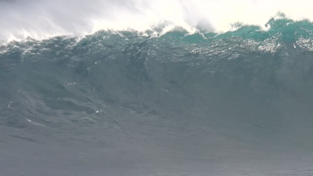 big wave surfing - big wave surfing stock videos & royalty-free footage