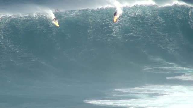 stockvideo's en b-roll-footage met big wave surfing - big wave surfing