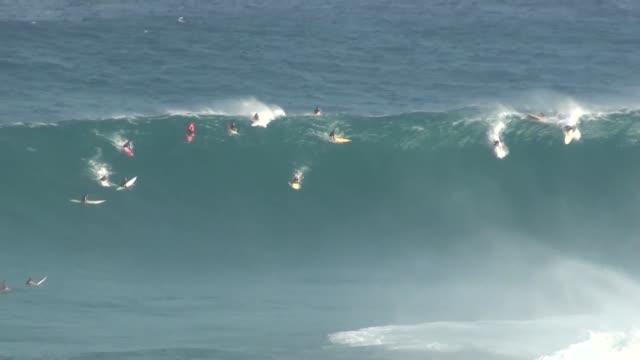 vídeos de stock e filmes b-roll de big wave surfing - grande