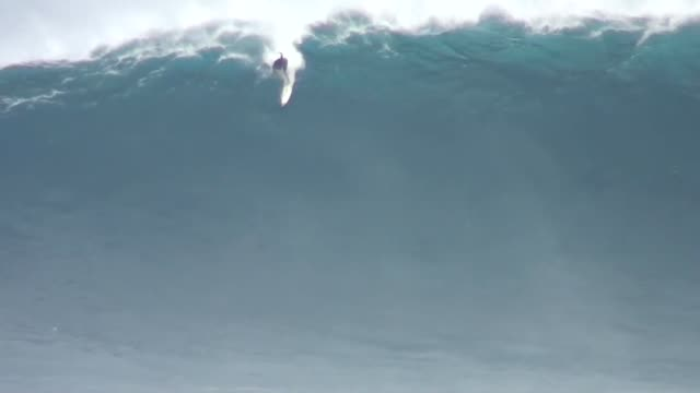 big wave surfing - groß stock-videos und b-roll-filmmaterial