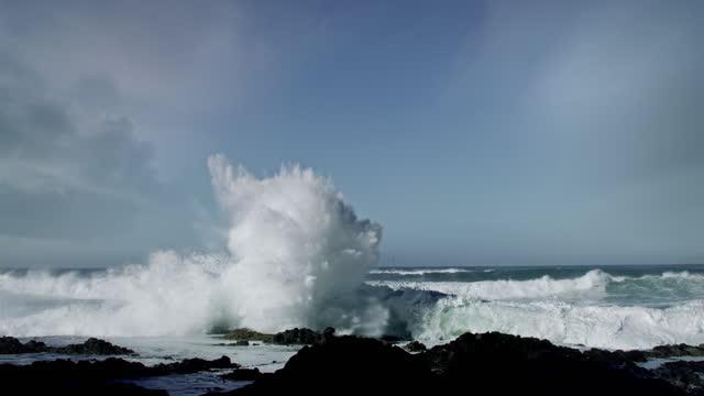 vidéos et rushes de big waves crashing on rocky shore - littoral