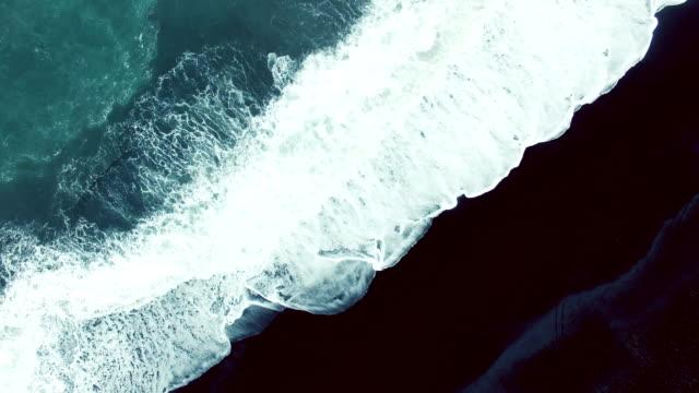 vidéos et rushes de grosses vagues sur la plage de sable noir - écume