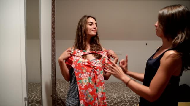 より大きな女性の問題-何を着用するか - 高校卒業ダンスパーティ点の映像素材/bロール
