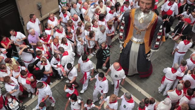 bigheaded figures dance in the cord during the taditional san fermin procession in pamplona, navarra, on july 7, 2012. fiesta de san fermin 2012 on... - エキセントリック点の映像素材/bロール