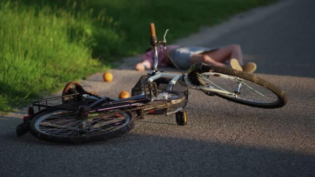 vidéos et rushes de un accident de vélo - adversité