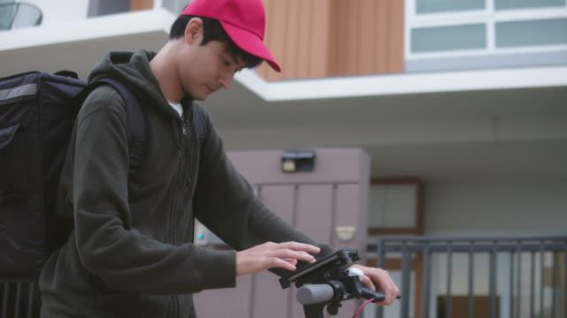 市内を移動中の自転車配達員 - 配達員点の映像素材/bロール