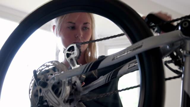 stockvideo's en b-roll-footage met fiets versnellingen meisje - herstel