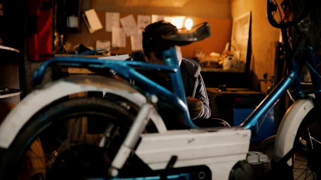 vídeos y material grabado en eventos de stock de la bici es su vida - masculinidad