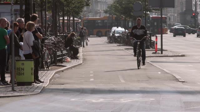 stockvideo's en b-roll-footage met bike lane in copenhagen - voetganger
