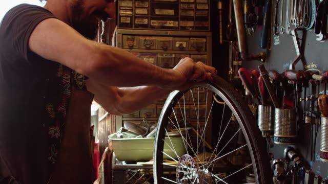 内側のチューブを変更する自転車メカニック - 水泳用浮き輪点の映像素材/bロール