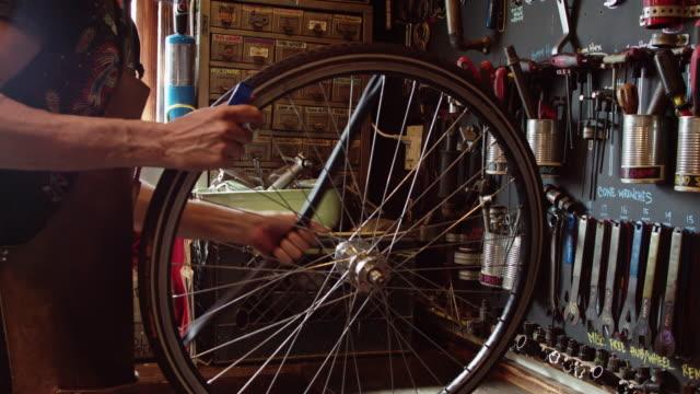 内側のチューブを取り外す自転車整備士 - 水泳用浮き輪点の映像素材/bロール