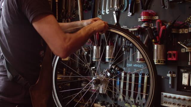 タイヤレバーを使用した自転車整備士 - 水泳用浮き輪点の映像素材/bロール