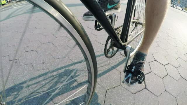 vídeos de stock, filmes e b-roll de bike pedals - parking