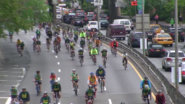 vídeos y material grabado en eventos de stock de bike riders in cycling tour on fdr drive going south with vehicle traffic going north - salmini