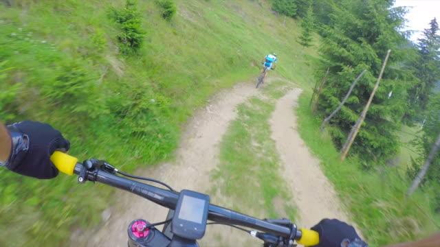 vídeos y material grabado en eventos de stock de montar en bicicleta de pov. - rumania