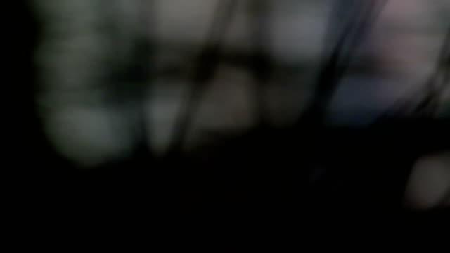 vídeos de stock, filmes e b-roll de bicicleta, rio, reflexo de luzes, noite - reflection