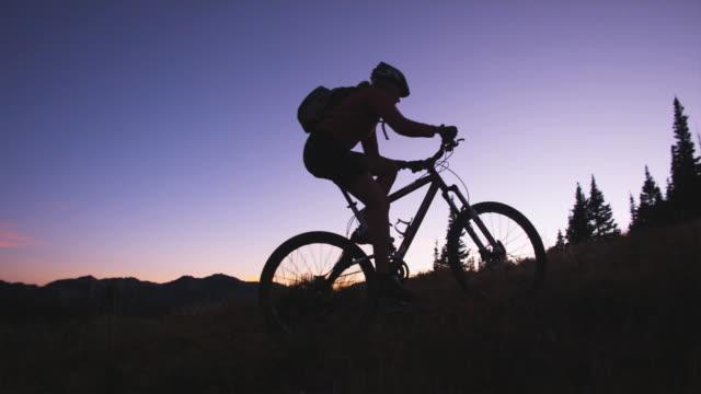 biker at sunset - stazione sciistica di brighton video stock e b–roll