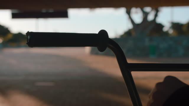 vídeos de stock e filmes b-roll de bmx biker condução em torno de um fundos de local - atividade recreativa