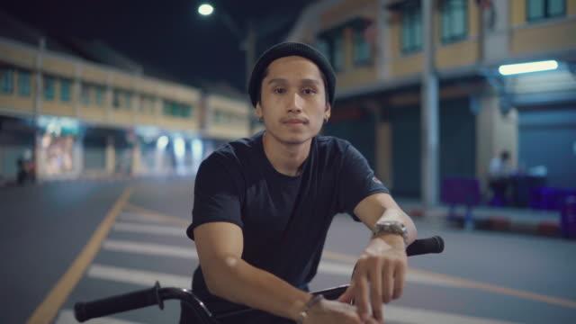 bmx biker kör på gatorna - attityd bildbanksvideor och videomaterial från bakom kulisserna