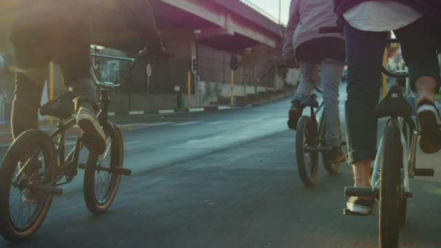 stockvideo's en b-roll-footage met bmx fietser rijden in de straten - friendship