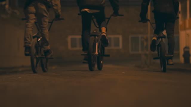 vídeos de stock e filmes b-roll de bmx biker condução de ruas - atividade recreativa