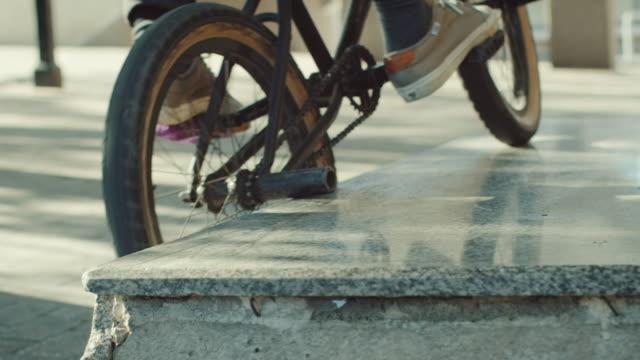 bmx biker-schleifen stone - halfpipe stock-videos und b-roll-filmmaterial