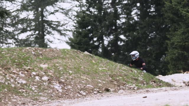 vídeos de stock, filmes e b-roll de hd câmera lenta: pulando de ciclista na ladeira - filme colagem